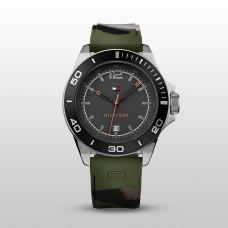 5d375ba90 تومي هيلفيجر ساعة رياضية للشباب جيشية اللون